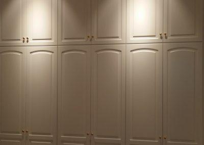 Armario empotrado puertas lacadas con altillos hasta techo