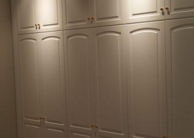 Armario empotrado puertas lacadas con altillos hasta techo lateralmente