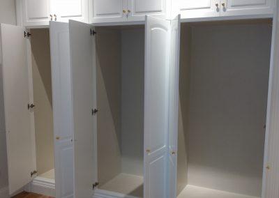 Armario empotrado puertas lacadas con altillos hasta techo abierto
