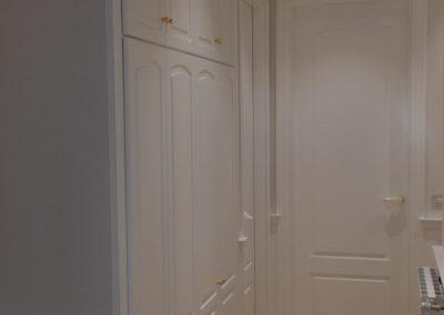 Armario empotrado puertas lacadas con altillos hasta techo perfil