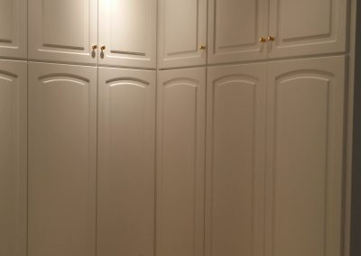 Armario empotrado puertas lacadas con altillos hasta techo esquina interior