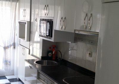 Cocina armarios blancos con tirador lateral derecho