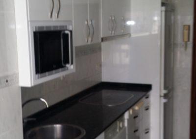 Cocina armarios blancos con tirador lateral izquierdo