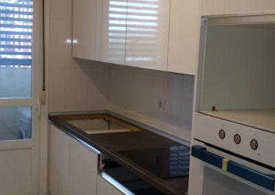 Cocina armarios blancos sin tirador lateral derecho