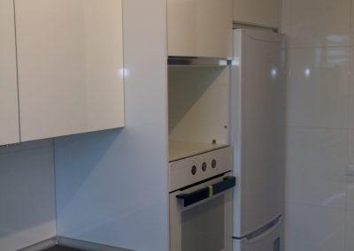Cocina armarios blancos sin tirador lateral izquierdo