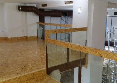Interior con recubrimientos, suelos y balaustres