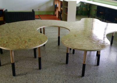 Mesa escolar con forma