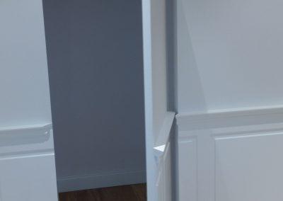 Puerta interior oculta abierta