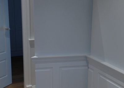 Puerta interior oculta abierta lateralmente