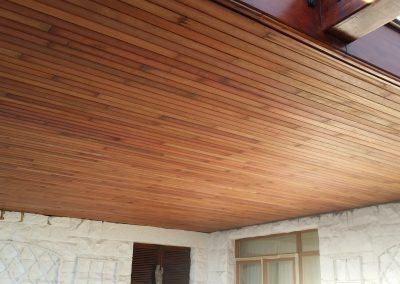 Techo de madera con vigas laterales