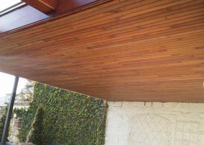 Techo de madera con vigas frontalmente